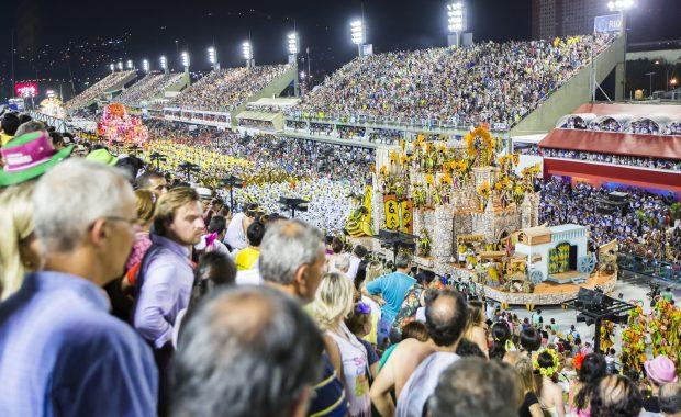 Público durante desfile de escola de samba